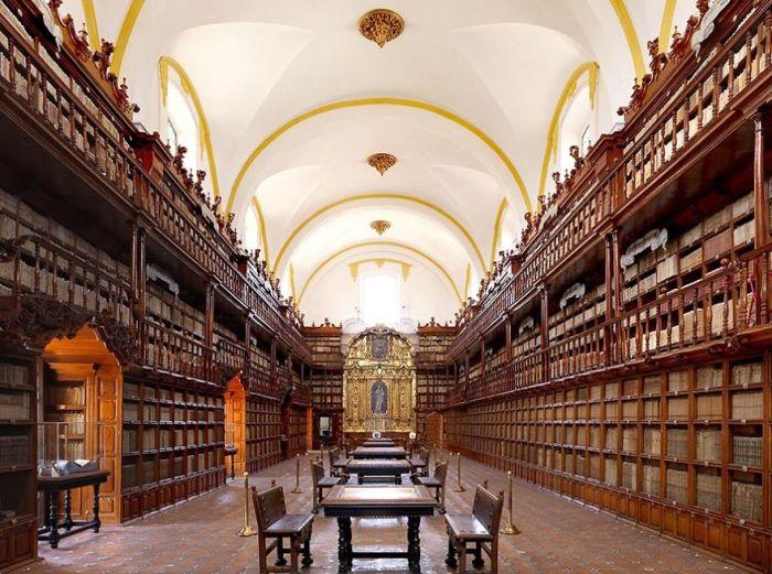Первая библиотека, которая появилась в колониальной Мексике, в фонде хранится более 41 тыс. книг.
